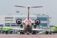 停放在莫斯科机场多莫杰多沃的CRJ-200 Rusline航空公司 免版税图库摄影