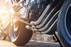 停放在街道上的现代摩托车和尾气细节 图库摄影
