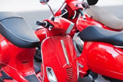 停放在街道上的红色滑行车 免版税库存照片