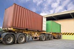 停放在仓库的拖车装载产品 免版税库存照片