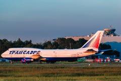 停放在围裙的波音747-400 Transaero航空公司 免版税库存图片