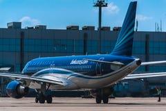 停放在围裙的空中客车A320阿塞拜疆航空公司 免版税库存照片
