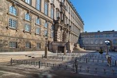 停放在Christiansborg宫殿丹麦P前面的自行车 免版税库存照片
