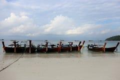 停放在Lipe海岛的Kolae小船有蓝天背景,泰国 库存图片