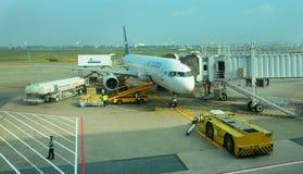 停放在Tan儿子Nhat国际机场的民用飞机 免版税库存图片