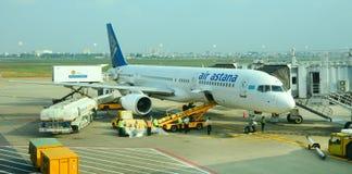 停放在Tan儿子Nhat国际机场的民用飞机 免版税图库摄影