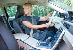 停放她的汽车的妇女司机 免版税库存图片