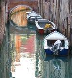 停放威尼斯的小船运河 免版税库存照片