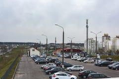 停放汽车的在开放城市停车场 库存图片