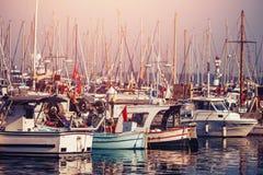 停放游艇的渔船准备对海 免版税库存照片