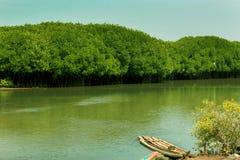 停放的传统木小船和筏在一条回水河在karaikal海滩附近 库存照片