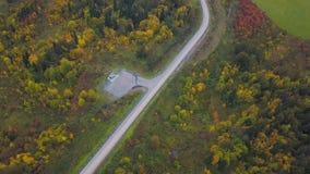 停放的停机坪地区在路附近的森林 夹子 在停机坪的顶视图在一个树木繁茂区 库存图片