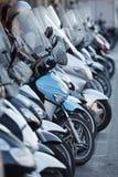 停放的小型摩托车行  免版税图库摄影