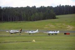 停放的小私人飞机 免版税库存照片
