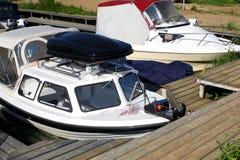 停放的小船-在停泊的两条小船 免版税库存照片