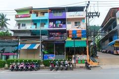 停放的摩托车和老colorfull公寓楼 库存图片