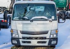 停放的新的白色搬运车、运输和后勤学事务、车和设备 库存照片