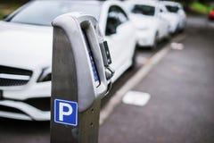 停放的机器或停车时间计时器有电子付款的在城市街道 库存照片