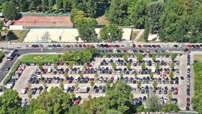 停放的汽车…停车场维也纳市
