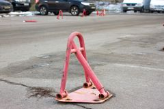 停放的汽车障碍 街道运输块 免版税库存照片