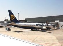 停放的瑞安航空公司喷气机 免版税图库摄影