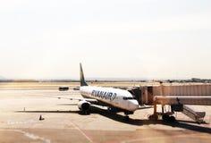 停放的瑞安航空公司喷气机 免版税库存照片