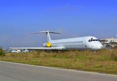 停放的白色老飞机 免版税库存照片