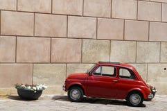 停放的红色意大利葡萄酒汽车 图库摄影