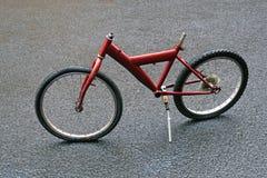 停放的红色自行车在雨中 图库摄影