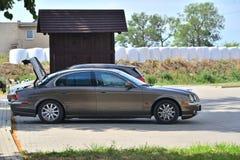 停放的老捷豹汽车S型 免版税库存图片