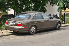 停放的老捷豹汽车S型 免版税图库摄影