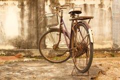 停放的老自行车。 库存照片