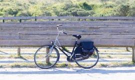 停放的老自行车 免版税库存照片