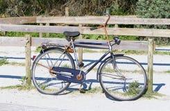 停放的老自行车 库存照片