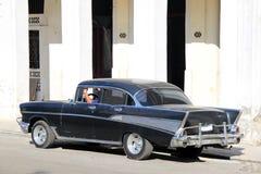 停放的老黑汽车 免版税库存图片