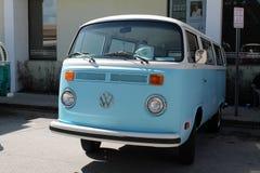 停放的老VW面包车 免版税库存图片
