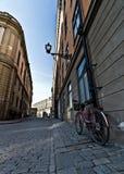 停放的自行车在Stortorget, Gamla Stan,斯德哥尔摩 免版税库存照片