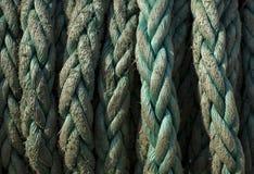 停放的船的海洋绳索 免版税库存照片