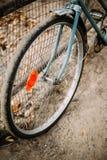 停放的葡萄酒老自行车自行车在庭院里 库存照片