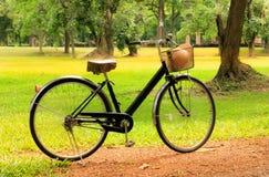 停放的葡萄酒自行车 免版税库存照片
