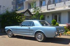 停放的蓝色Ford Mustang小轿车 库存图片