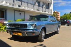 停放的蓝色Ford Mustang小轿车 免版税库存图片