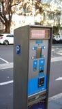 停放的薪水和显示卖票支付由信用卡或现金的机器在Albion街道上 免版税库存图片