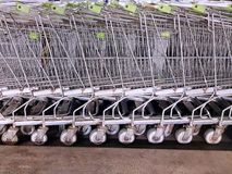 停放的购物车背景在超级市场的 免版税库存照片