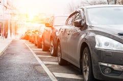 停放的连续汽车 免版税库存图片