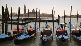 停放的长平底船小船在威尼斯,意大利 库存图片