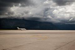 停放的飞机机场 库存照片