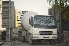 停放的水泥搅拌车卡车 免版税库存图片