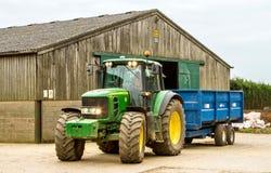 停放蓝色拖车的现代约翰Deere拖拉机 库存照片