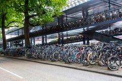 停放阿姆斯特丹中央驻地的自行车 库存图片